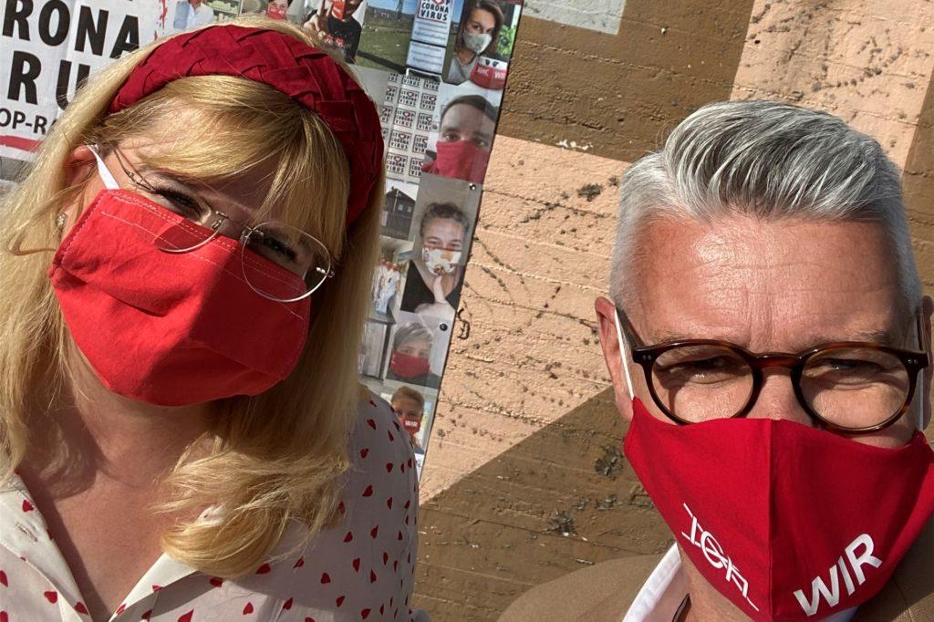 Initiator Dr. Christian Kühne und die stellvertretende Bürgermeisterin Katrin Lasser-Moryson waren am Donnerstag dabei, als das Banner aufgehangen wurde.