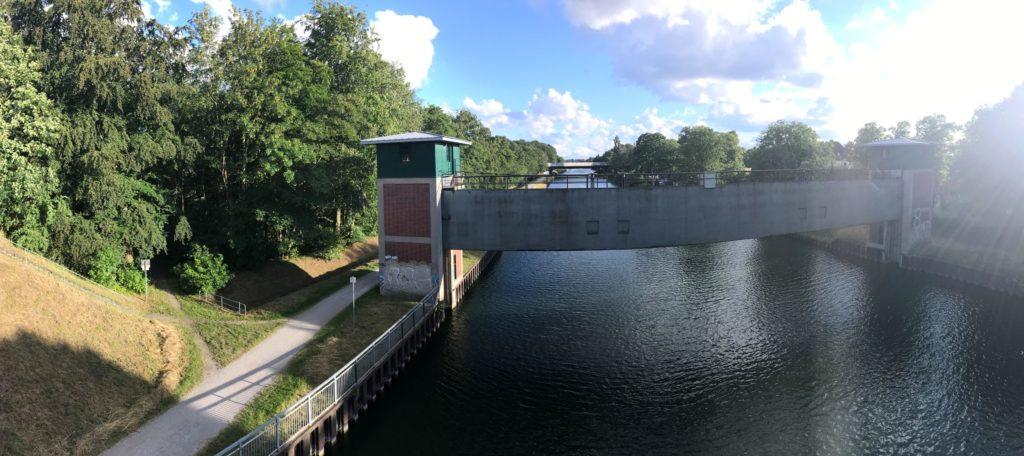 Der Blick von der Becklemer Brücke nach Westen fällt auf das Sicherheitstor Henrichenburg.