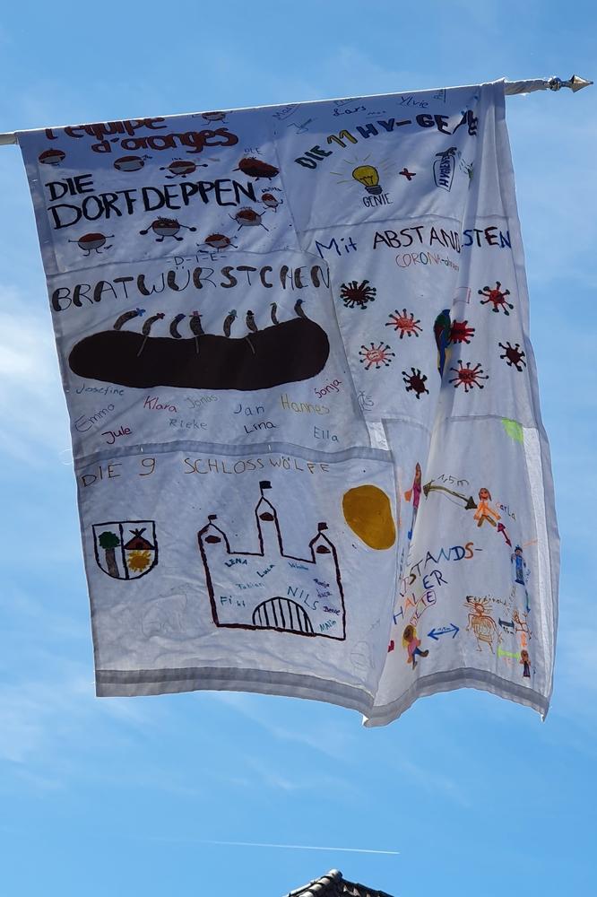 Als Erinnerung bemalten die Gruppen kleine Fahnen, die zu einer großen Fahne zusammengenäht wurden.
