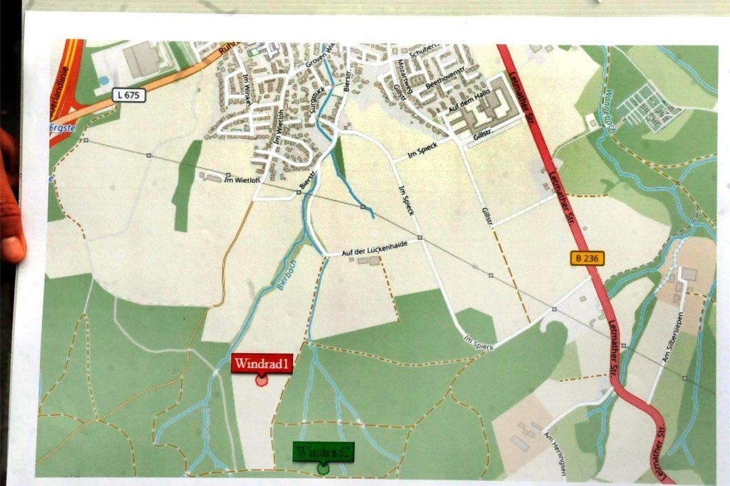 Auf einer Landkarte hatte die SPD die Standorte der geplanten Riesen-Windräder am Ortsrand von Ergste markiert.