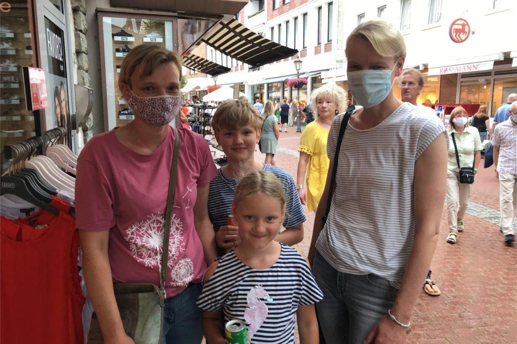 Annette Krebber (r.) aus Lüdinghausen stellte sich mit ihrer Freundin Dorothe Liesert aus Lünen geduldig vor einem Geschäft an, bis sie hinein durften.