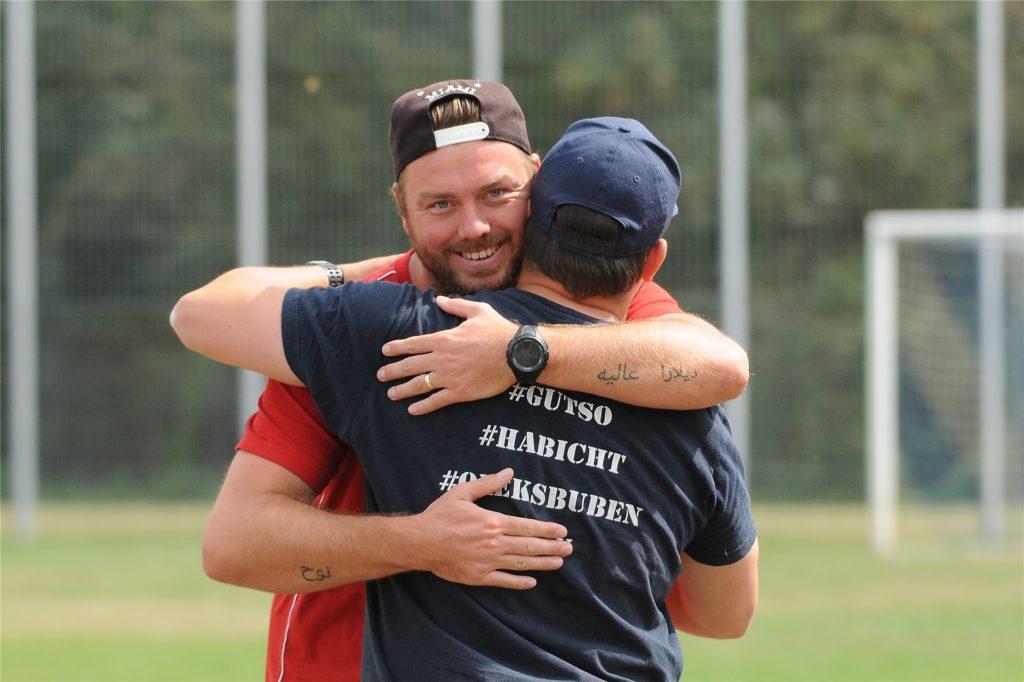 Begrüßten sich vor dem Spiel herzlich: Castrops Trainer Tino Westphal (rotes Hemd) und VfB-Trainer  Marc Olschewski. Sie stiegen zusammen mit der SG Castrop in die Bezirksliga auf.