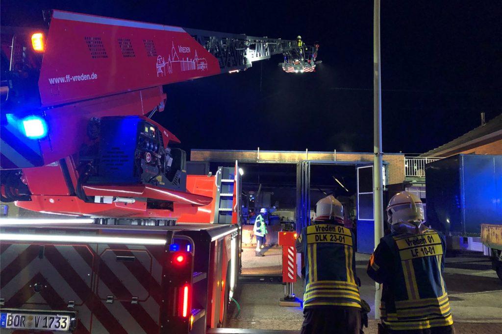 Die Drehleiter war bei der ersten Alarmierung gleich mit informiert worden - aber aus der Höhe musste nicht gelöscht werden.
