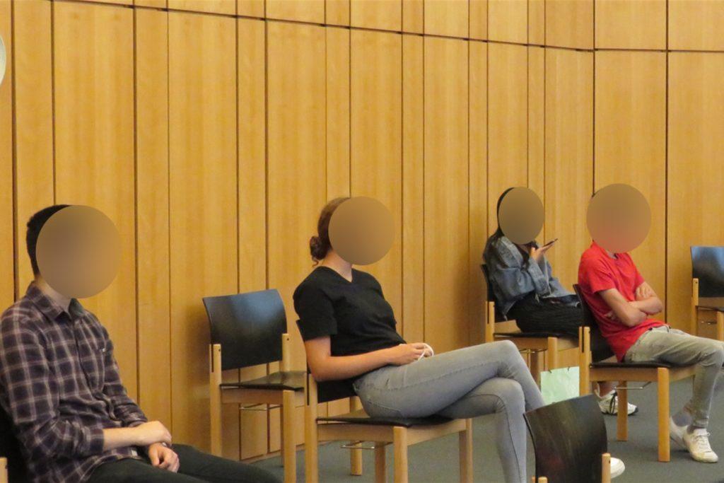 Der Zuschauerraum im großen Saal des Landgerichts Münster, wo sonst über 80 Stühle stehen, bietet aus Gründen des Infektionsschutzes derzeit nur Platz für eine Handvoll Besucher. Die Abstände sind groß.