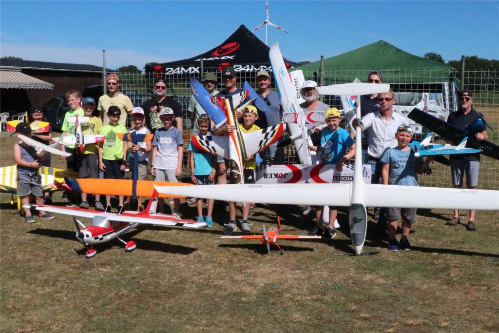 Gemeinsam mit den Berkelfliegern konnten 10 Stadtlohner Jungs ganz verschiedene Modellflugzeuge ausprobieren.