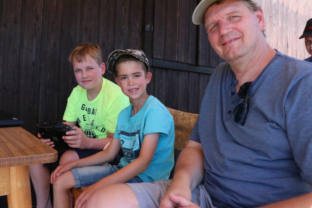 Jonas (12) und Hannes (9) am Simulator mit Neu-Berkelflieger Carsten Hölscher.