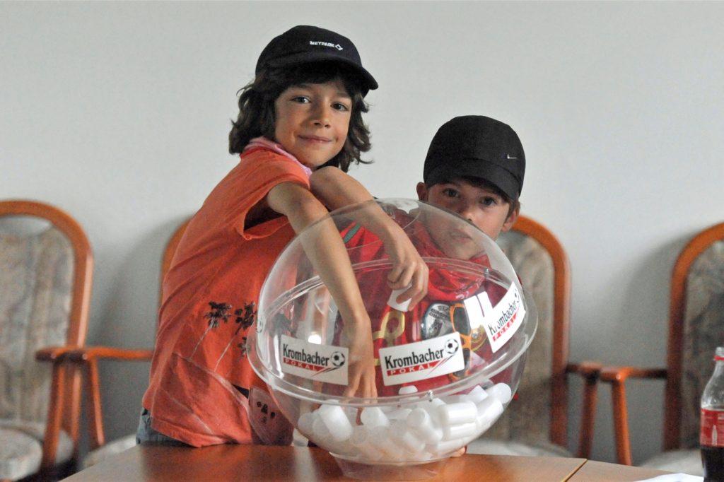 Lionel und Tamino Goncalves zogen die Lose für die Erstrundenspiele im Kreispokal.