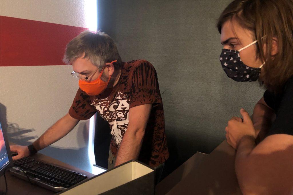 Reiner und Roman versuchen sich an einem Rätsel, bei dem ein Computer eine Rolle spielt. Wer neugierig geworden ist, der kann sich im Escape-Room Verschlusssache in Castrop-Rauxel selbst versuchen.