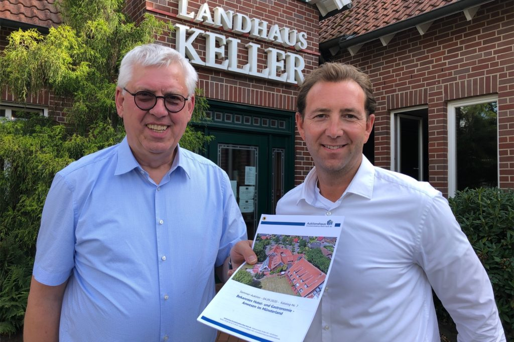 Klaus-Peter Großmann (l.) und Gordon Brandt vom Auktionshaus Grundstücksbörse Rhein-Ruhr haben bereits Interessenten für das Landhaus Keller.