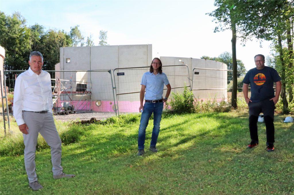 SVS-Geschäftsführer Thomas Spieß, Norman Sladeczek (bei den SVS zuständig für die Technik) und Markus Hörbelt (Wassermeister) an der Baustelle für den neuen Trinkwasserspeicher. Die Arbeiten liegen recht gut im Zeitplan, zumindest gab es keine Verzögerungen wegen Corona.