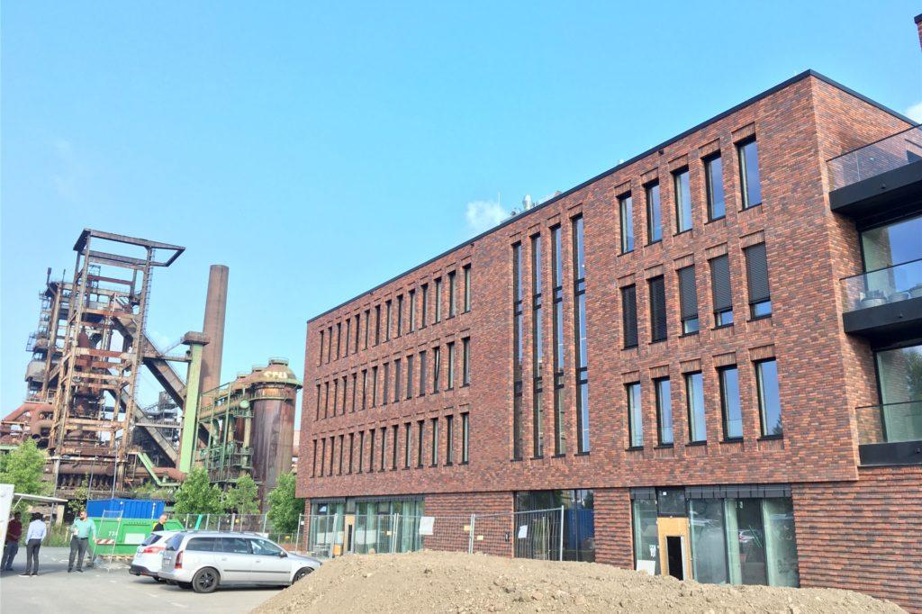 Auf der Vorderseite des Gebäudes entsteht eine große Terrasse. Der Parkplatz wird durch eine Grünfläche ersetzt.
