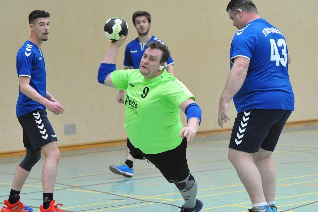 Thorsten Stiller (am Ball), Spieler und Leiter der Handballabteilung im Castroper TV, hat mit seinen Mitstreitern eine Lösung für seine Teams gefunden.