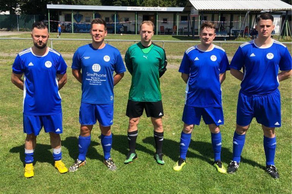 Tommy Kantzke (l), Spielertrainer des VfB Habinghorst II, mit seinen Neuzugängen: (v.l.) Fabian Dykierek, Kevin Zählten, Marvin Fritzenkötter und Lukas Balassas.
