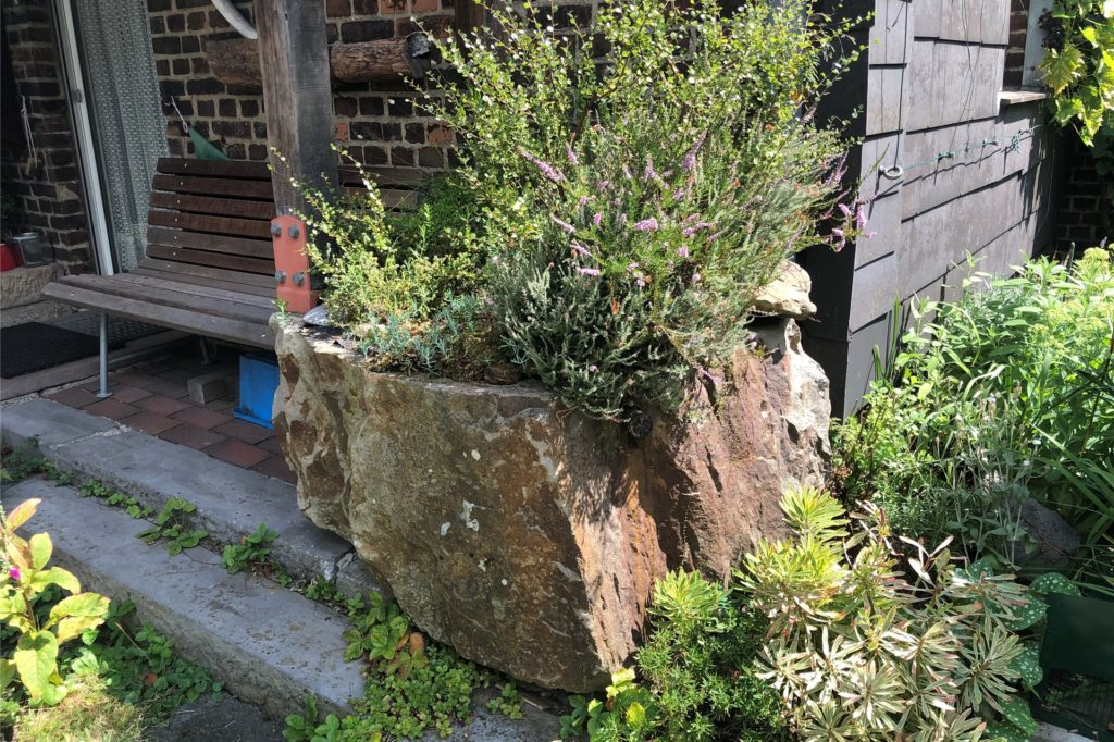 Das Stein-Beet hat sein eigenes Bewässerungssystem.