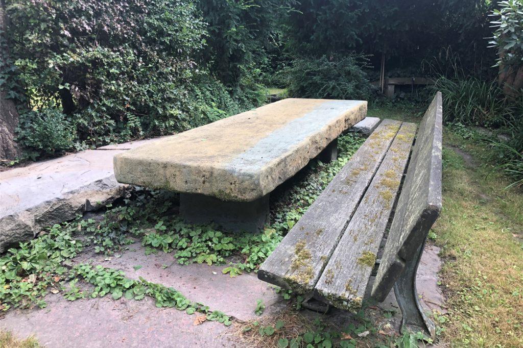 Der Tisch in der Sitzecke stammt aus einem Steinbruch, in dem das Stück als nicht brauchbar zum