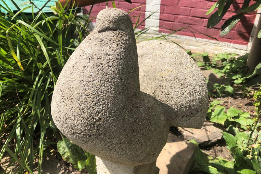 Diese Taube aus Muschelkalkstein erinnert den Künstler an sein Studium.