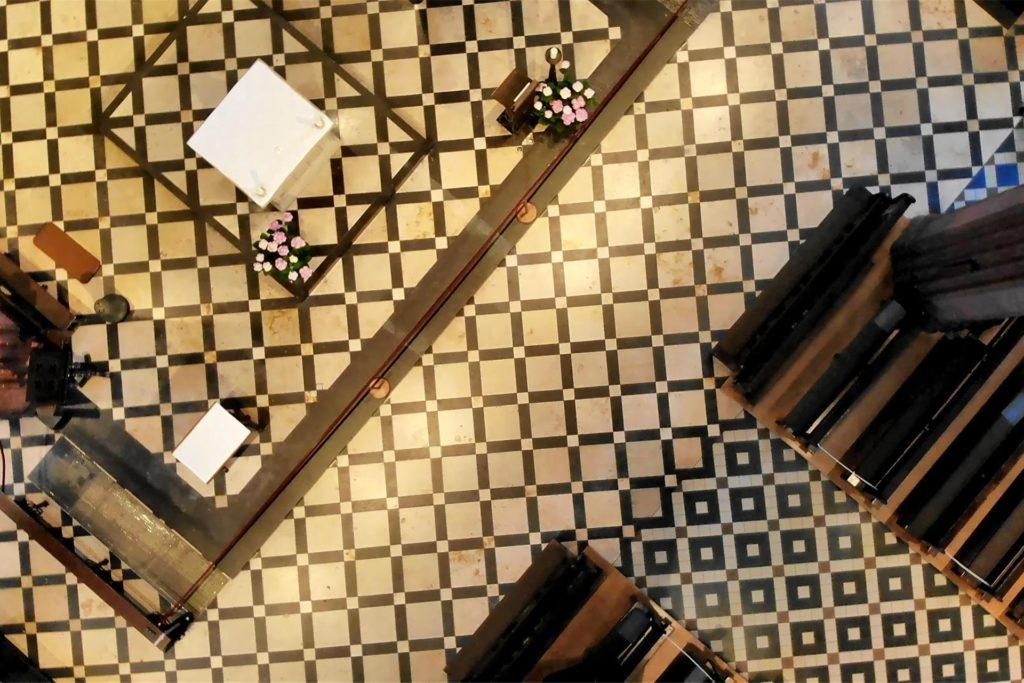 Als Mosaik präsentiert sich der Boden der Sixtuskirche.