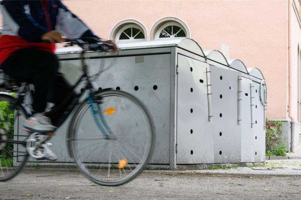 Spezielle Fahrradboxen bieten Schutz, wenn sie sicher verankert und abgeschlossen sind.
