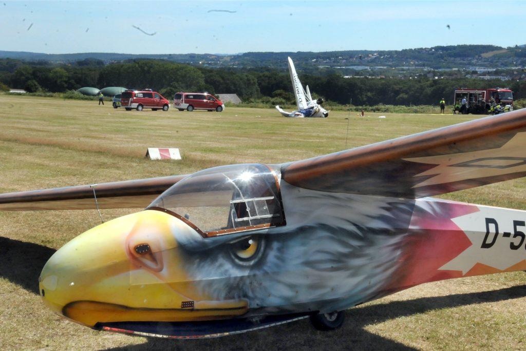 Nach dem Absturz des Ultraleichtflugzeugs mussten die anderen Flugzeuge auf dem Boden bleiben.