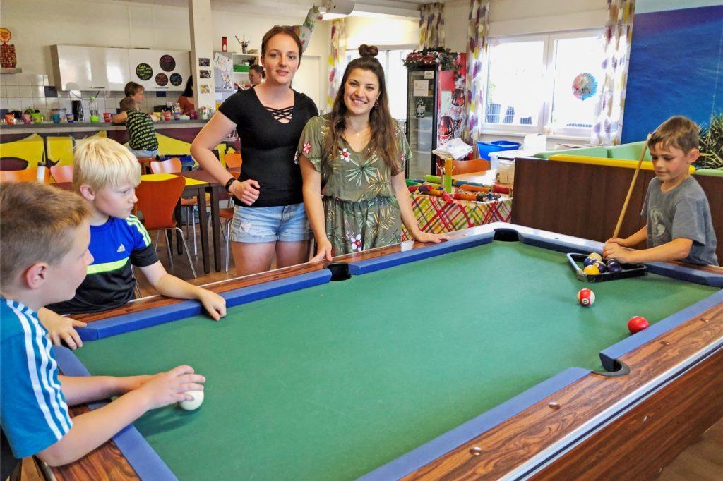 Die Sozialpädagoginnen Anna Bancken (Mitte l.) und Valerina Fischer (Mitte r.) freuen sich über die gute Resonanz, die die