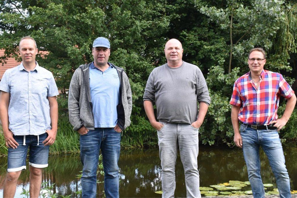 Unzufrieden mit der Situation um das Wehr an der alten Wassermühle ist der Vorstand des Nienborger Angelvereins (v.l.): Rainer Borgert (Gewässerwart), Klaus Holtkamp (zweiter Vorsitzender), Christian Schubert (Vorsitzender), Michael Freitag (Beisitzer).
