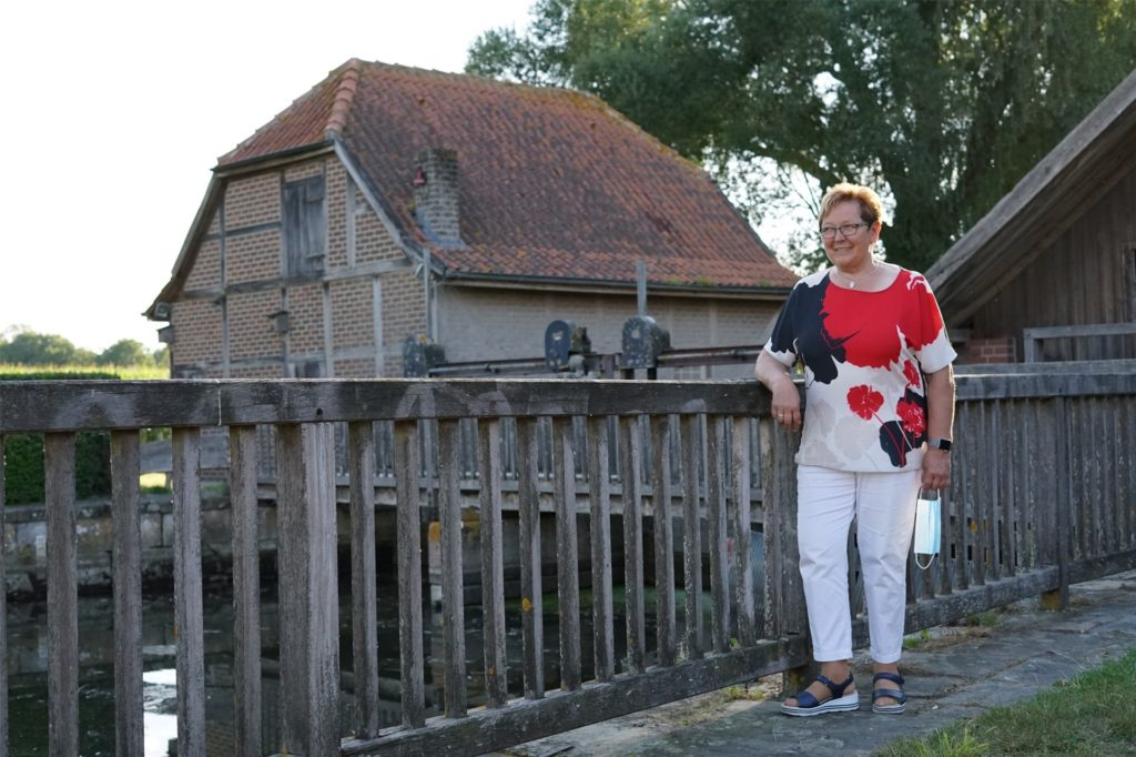 Eigentümerin Dorothee Brüggemann hängt an der Wassermühle.