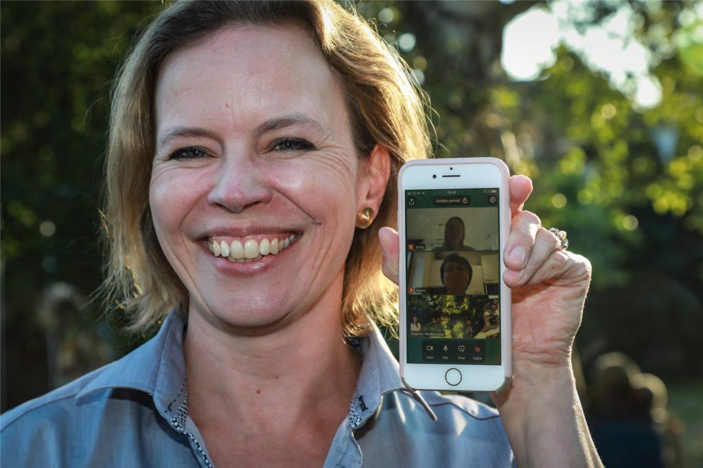 Chorleiterin Kirsten Wolke holt verhinderte Mitglieder digital dazu.