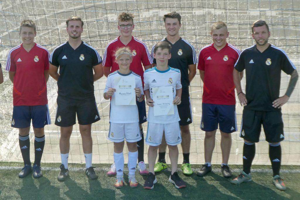 Die Trainer der Fußballschule mit den Hospitanten und den besten Spielern des Camps beim SuS Stadtlohn