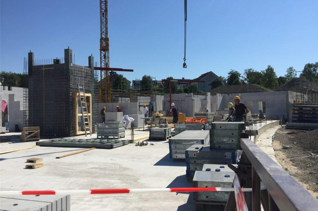 Die ersten Mauern für das neue Seniorenheim stehen bereits.