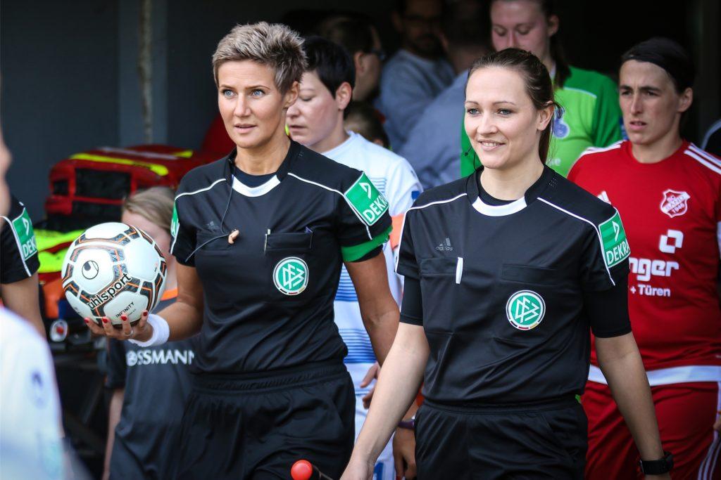 DFB-Schiedsrichterin Nadine Westerhoff (l) leitet das Kreispokal-Halbfinale am Samstag, 8. August, in Obercastrop.