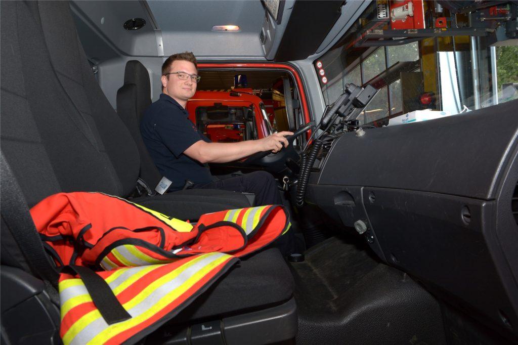 Auf dem Fahrersitz: Björn Spatzier sagt, er wollte schon als Kind Feuerwehrmann werden. Jetzt bildet er sogar den Nachwuchs aus.
