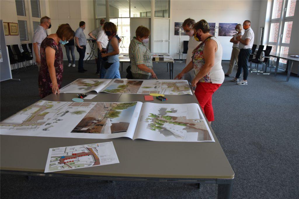 Die Entwürfe zur Umgestaltung des Eschenplatzes sorgten für Gesprächsstoff unter den Anwesenden.