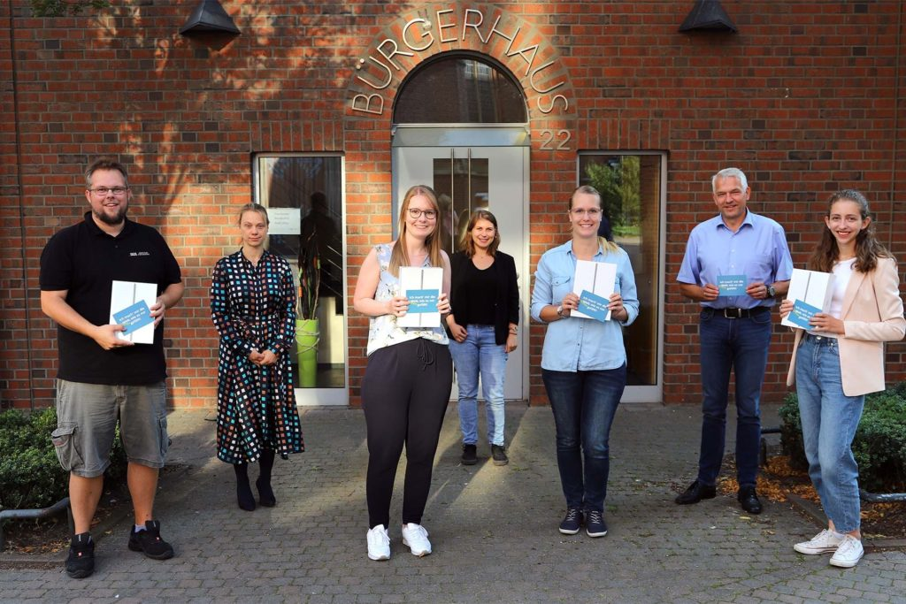Bürgermeister Wilhelm Sendermann (2.v.r.) übergab iPads an Teilnehmer der Onlinebefragung junger Olfener.