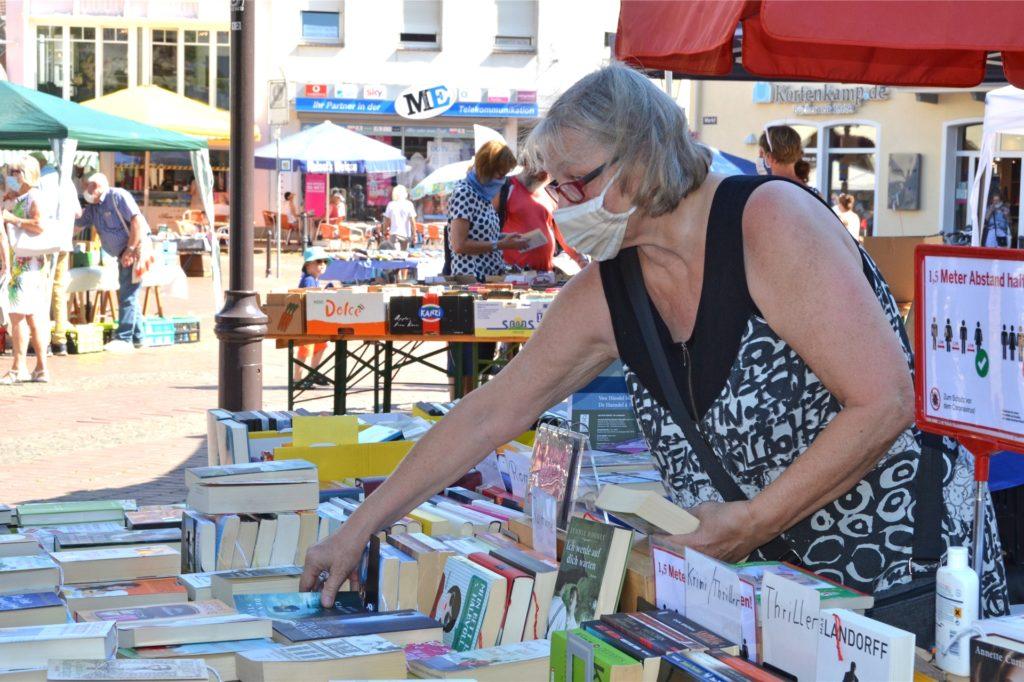 Maria Brinker aus Münster machte schon mehrmals beim Büchermarkt in Haltern mit. Sie schätzt die besondere Atmosphäre inmitten der Stadt und freute sich am Samstag besonders darüber, dass sie einen Schattenplatz ergattern konnte.
