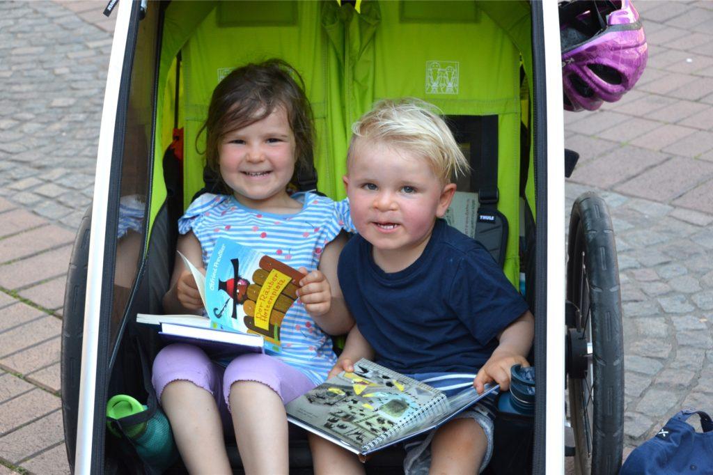 Auch Kinder lieben Bücher - so wie diese Geschwister. Was die Eltern auf dem Halterner Büchermarkt gekauft hatten, wurde sogleich in Augenschein genommen. Der Gesichtsausdruck verrät: Es war die richtige Wahl!