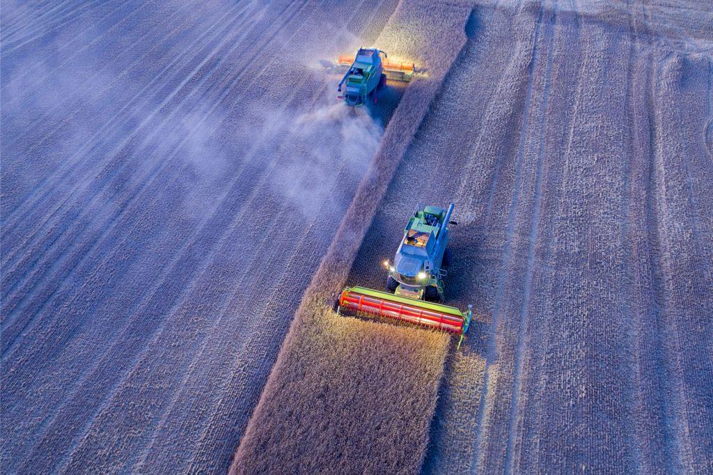 In Dürreperioden sind die Felder der Landwirte verstaubt und müssen aufwändig gewässert werden, um keine Ernteausfälle zu riskieren. (Symbolfoto).
