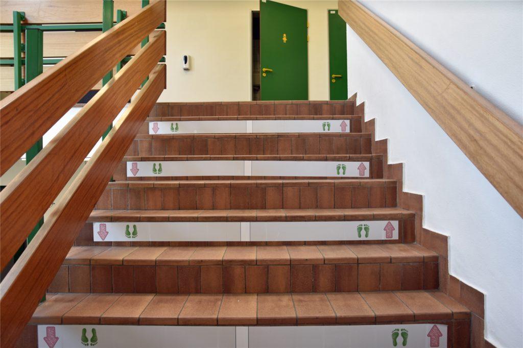 Markierungen an den Treppenstufen der Montessori-Schule zeigen den Schülern und Lehrern, wo es langgeht.