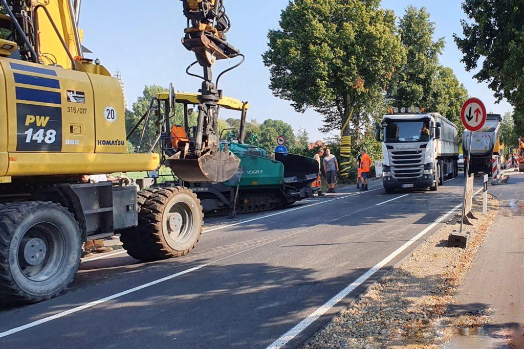 Wegen der Arbeiten auf Höhe der Brücke über den Donaubach mussten Autofahrer am Montag etwas Geduld mitbringen, ehe sie die Stelle passiert hatten. Es war nur ein Fahrstreifen frei.