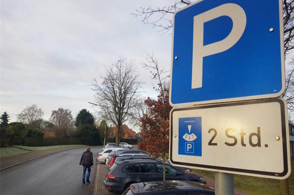 Das Bild ist Anfang des Jahres entstanden, aber zeigt: Die Parkplätze im Leuskesweg sind begrenzt und schnell belegt.