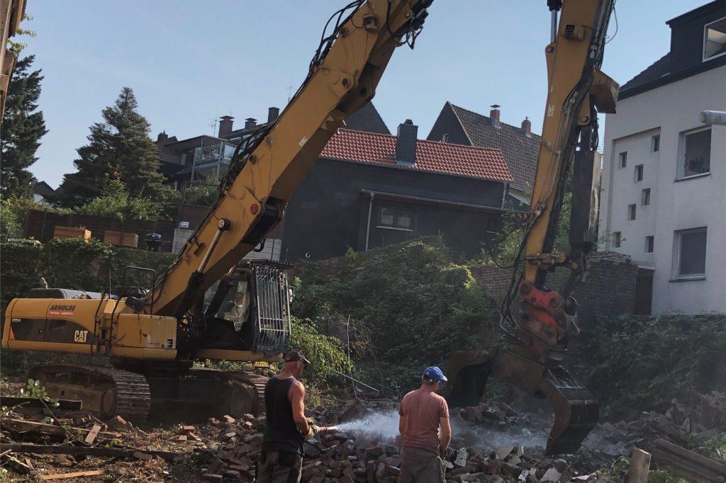 Wasser marsch, damit es nicht so staubt bei den Abbrucharbeiten an der Bergstraße