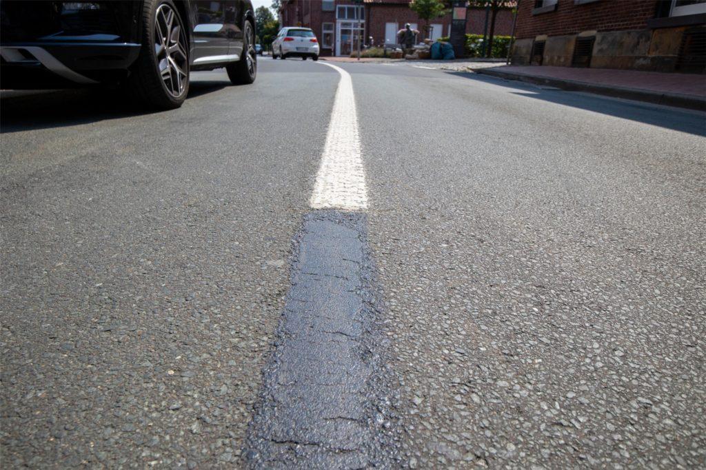 An einigen Stellen haben die Mitarbeiter der Straßenbaufirma bereits versucht, den Fehler mit Farbe zu korrigieren.