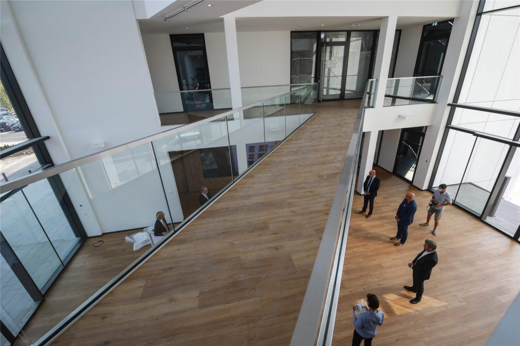 Eindrucksvolle Ein- und Ausblicke bietet das gläserne Foyer des TMM-Forums.