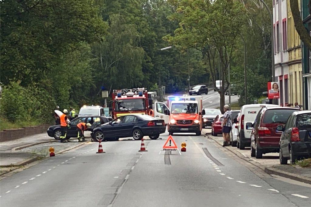 Die Derner Straße wurde nach dem Unfall in beiden Fahrtrichtungen gesperrt.