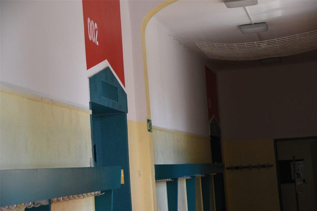 Über jedem Raum ist die entsprechende Raumnummer in der für die Etage geltenden Farbe angebracht.