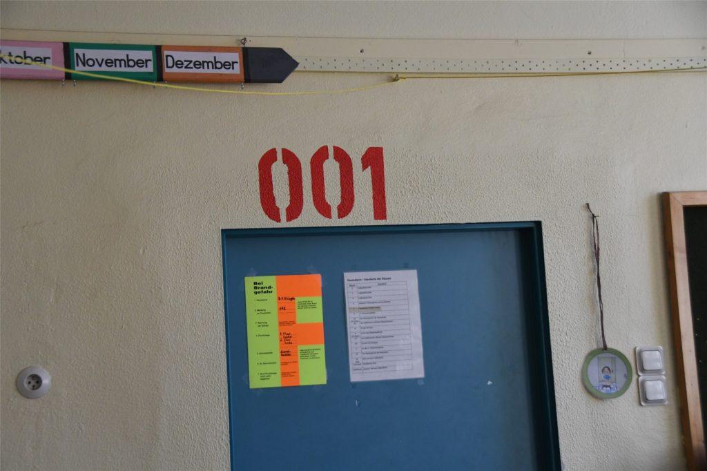 Auch von innen steht die farbige Raumnummer über der Tür.