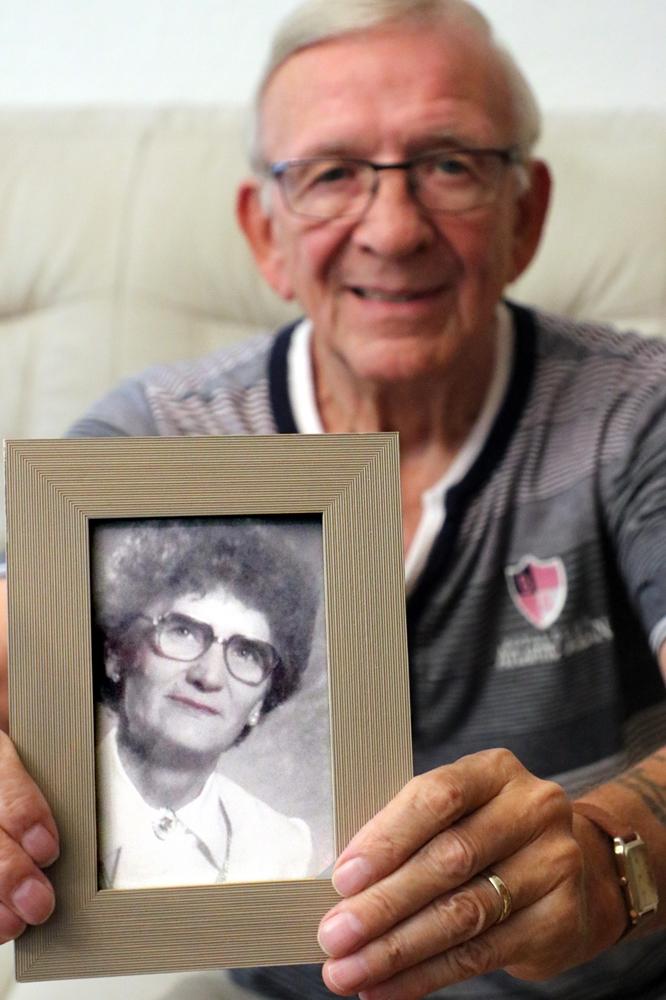 Helmut Feldmann mit einem Bild seiner Schwester Anni, die vor 17 Jahren qualvoll an COPD starb. Auch Feldmann leidet unter der chronischen Lungenkrankheit.