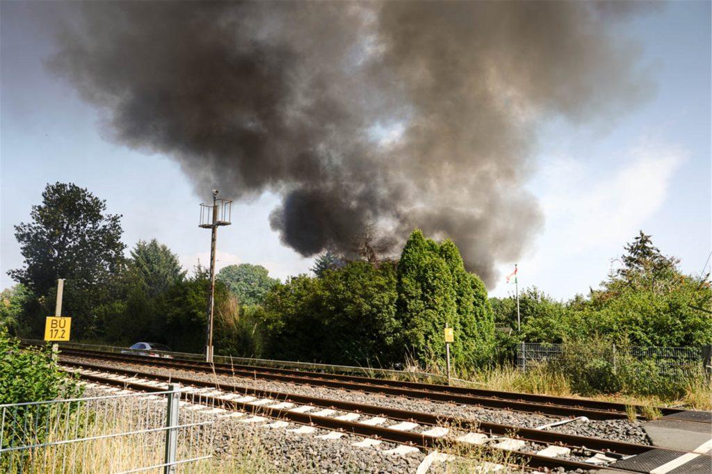 Der Brand beeinträchtigte auch den Verkehr auf der Emschertal-Bahntrasse. Die Bahn musste Züge umleiten. Busse fuhren im Schienenersatzverkehr.