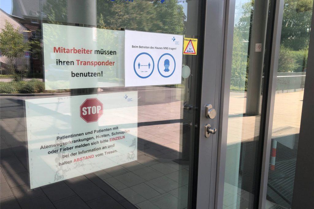 An der Tür des Krankenhauses gab es am Dienstagmorgen keine Information zu einem Corona-Ausbruch.