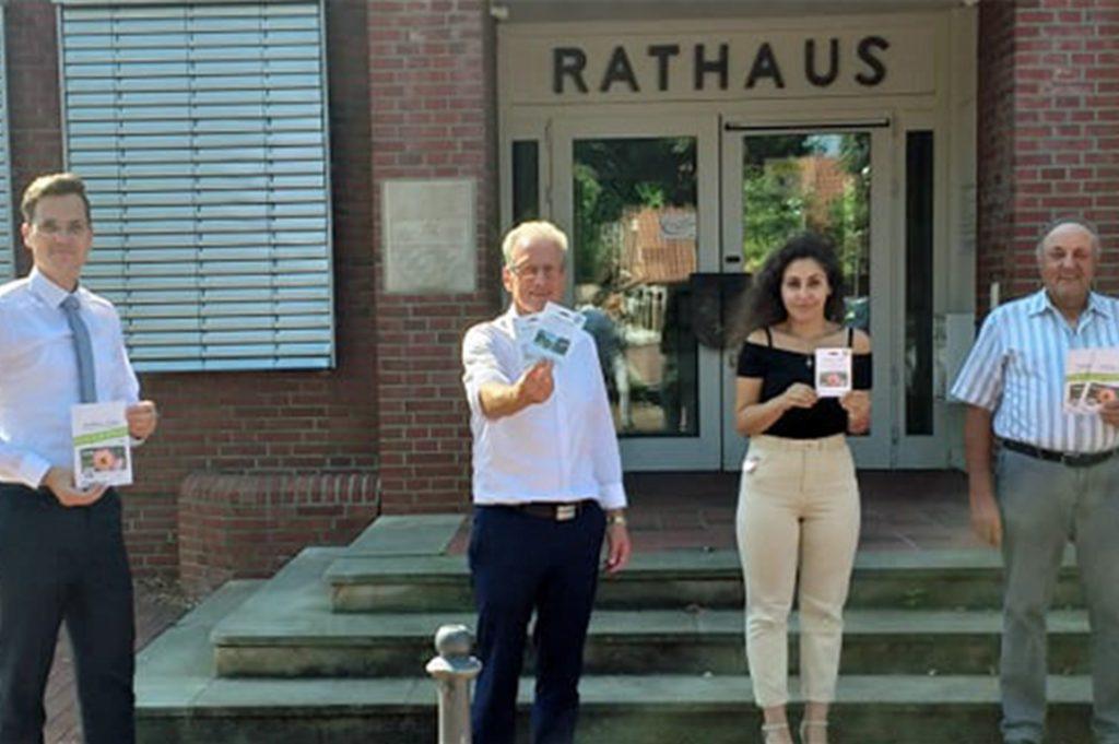 Haben die Ausgabe des digitalen Dahlientalers gemeinsam vorbereitet: (v. l.) Jens Sprey als Vertreter der Volksbank, Bürgermeister Friedhelm Kleweken, Aylin Aydin (Gemeindeverwaltung) und Josef Scharlau, Vorsitzender der Wirtschaftsvereinigung Legden-Asbeck.