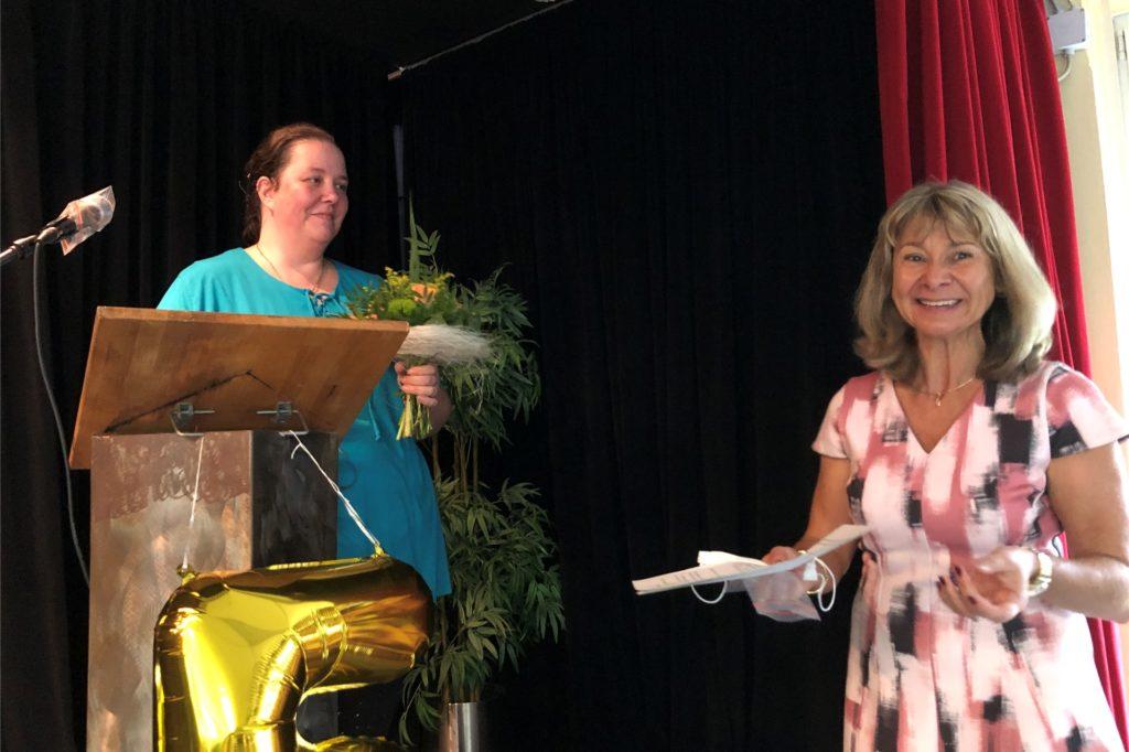 Schulleiterin Roswita Weber (r.) begrüßte die neue Fördervereinsvorsitzende Janina Herter mit einem Blumenstrauß